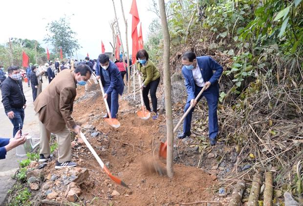 Phó Chủ tịch UBND tỉnh Trần Đức Quý cùng lãnh đạo thành phố Hà Giang trồng cây ven đường lên Núi Cấm.