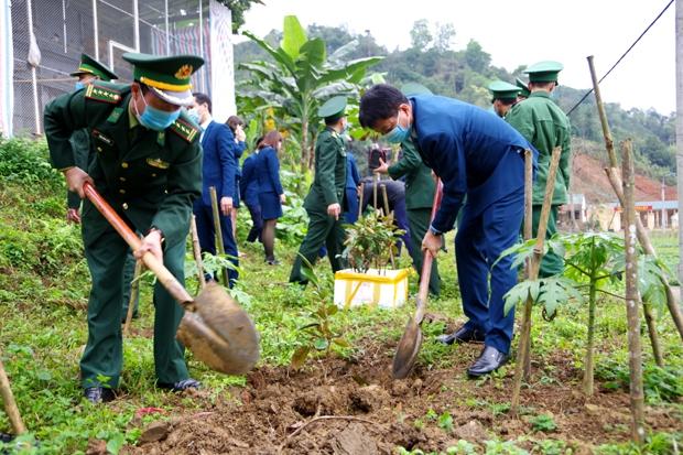 Lãnh đạo hai đơn vị trồng cây đầu xuân.