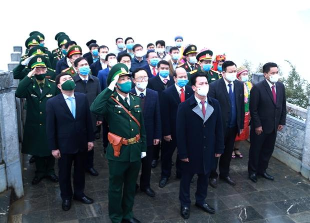 Bí thư Tỉnh ủy Đặng Quốc Khánh và các đồng chí lãnh đạo tỉnh dự nghi lễ Thượng cờ tại Cột cờ Quốc gia Lũng Cú.