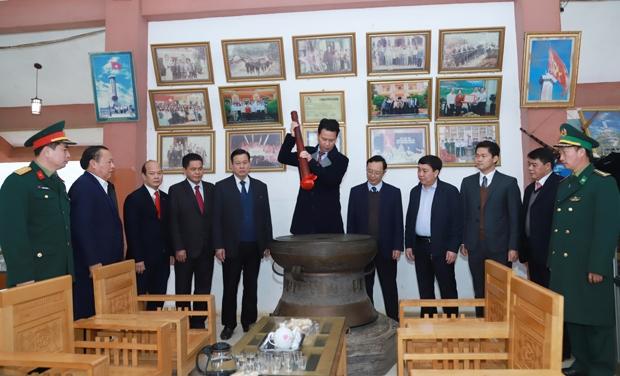 Bí thư Tỉnh ủy Đặng Quốc Khánh đánh hồi trống đồng tại Nhà lưu niệm khu di tích Cột cờ Quốc gia Lũng Cú.