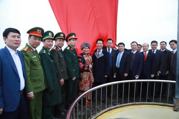 Đoàn công tác của tỉnh chụp ảnh lưu niệm tại Cột cờ Quốc gia Lũng Cú.