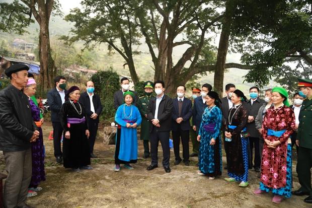 Đoàn tham quan, trò chuyện với bà con nhân dân thôn Thiên Hương và Mã Tìa khu vực quần thể cây đa di sản tại thôn Mã Tìa.