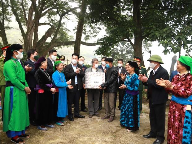 Các đồng chí lãnh đạo tỉnh tặng quà bà con nhân dân thôn Thiên Hương và Mã Tìa.