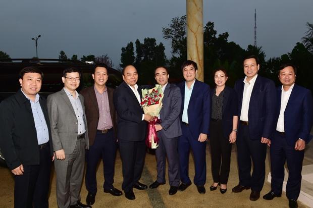 Lãnh đạo các tỉnh Tuyên Quang, Hà Giang, Phú Thọ tặng hoa chào mừng Thủ tướng Chính phủ Nguyễn Xuân Phúc.