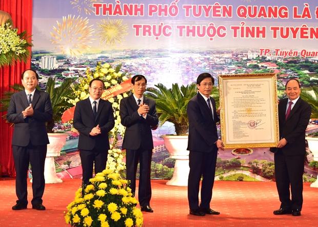 Thủ tướng Chính phủ Nguyễn Xuân Phúc trao Quyết định công nhận thành phố Tuyên Quang là đô thị loại II cho lãnh đạo thành phố Tuyên Quang.