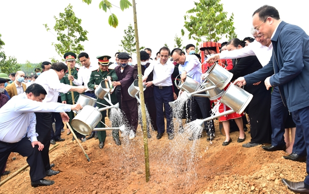 Thủ tướng Chính phủ Nguyễn Xuân Phúc và lãnh đạo các bộ, ngành T.Ư trồng cây tại phường Ỷ La, thành phố Tuyên Quang.