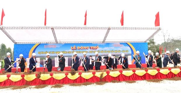 Thủ tướng Chính phủ Nguyễn Xuân Phúc và các đại biểu tham gia động thổ dự án đầu tư xây dựng đường cao tốc Tuyên Quang – Phú Thọ kết nối với cao tốc Nội Bài – Lào Cai.