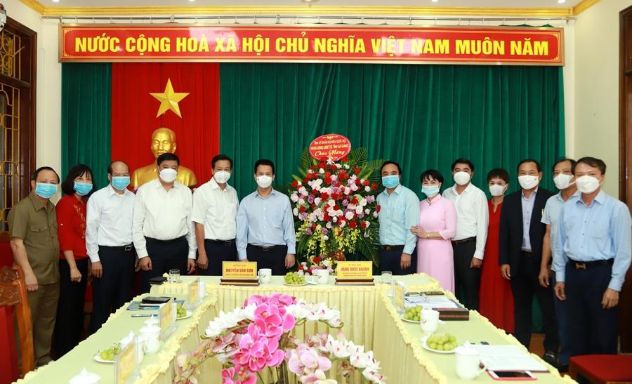 Bí thư Tỉnh ủy Đặng Quốc Khánh và Chủ tịch UBND tỉnh Nguyễn Văn Sơn tặng lẵng hoa chúc mừng Hiệp hội Doanh nghiệp tỉnh và các doanh nghiệp nhân ngày Doanh nhân