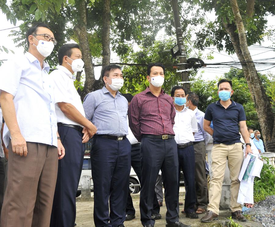 Các đồng chí lãnh đạo tỉnh và Viện Khoa học thủy lợi Việt Nam khảo sát khu vực bến thuyền tại vị trí Chi cục Thuế thành phố.